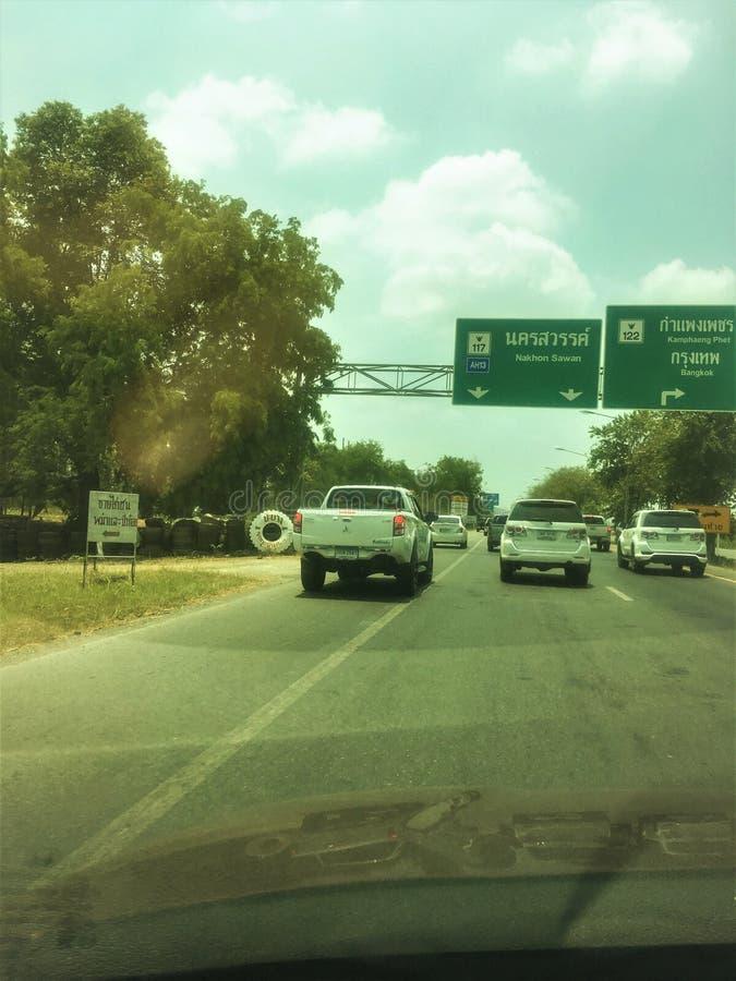 Nakhon Sawan Thailand-April 16,2019: Folket ?r mer rimlig att ignorera trafik Bruk av olaglig trafik f?r k?rbanor med trafikgr?nd royaltyfri bild