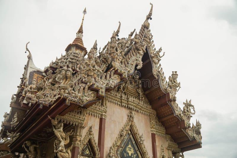 Nakhonpathom/Thailand - Juli 3 2019: mooie Srisathong-tempel voor Boeddhistische eerbied stock foto's
