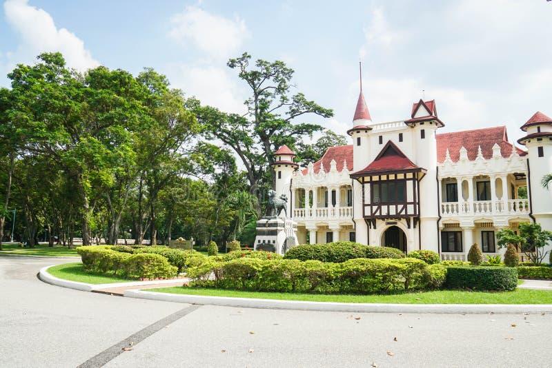 Nakhonpathom/Thailand: Am 13. Oktober 2018 - Chaleemongkolasana mit grünem allgemeinem Park für Touristenattraktion stockfotos