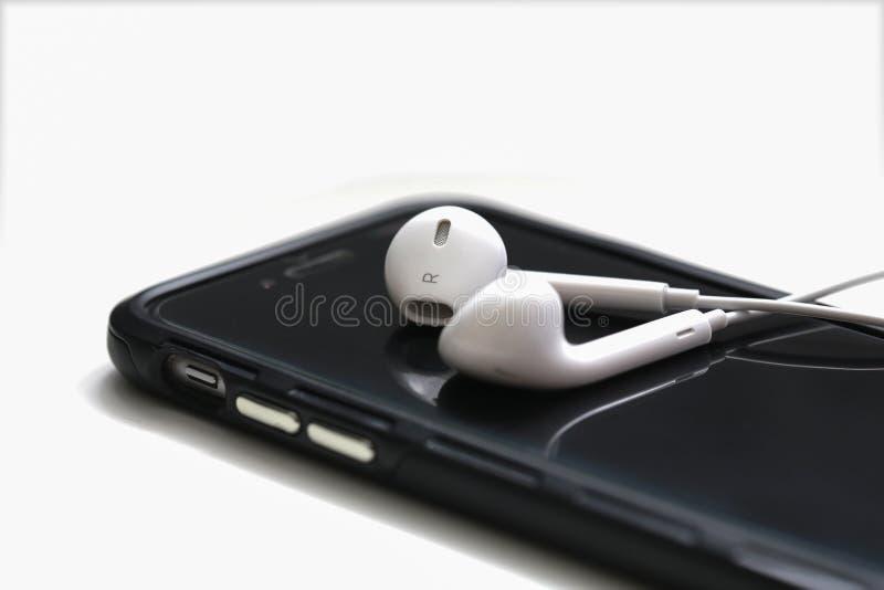 NAKHONRATCHASIMA,泰国- 2018年7月2日:智能手机和earpho 免版税库存照片