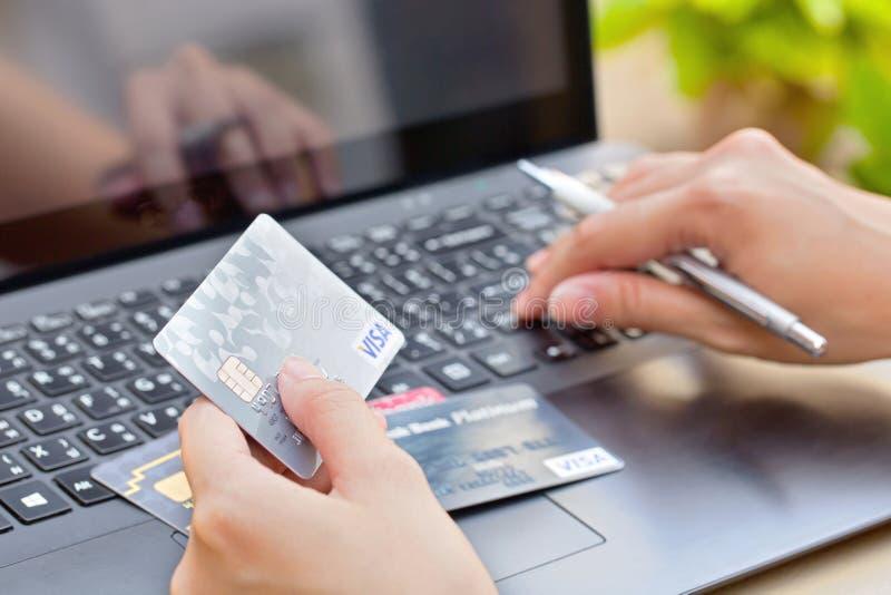 Nakhonratchasima THAILAND - Augusti 1, 2015: KreditkortVISUMmärke med pennan på tangentbordet arkivfoton