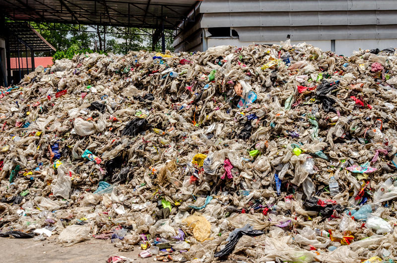 NAKHONRATCHASIMA, THAILAND - AUGUSTUS 19: Droog gemeentelijk afval stock fotografie