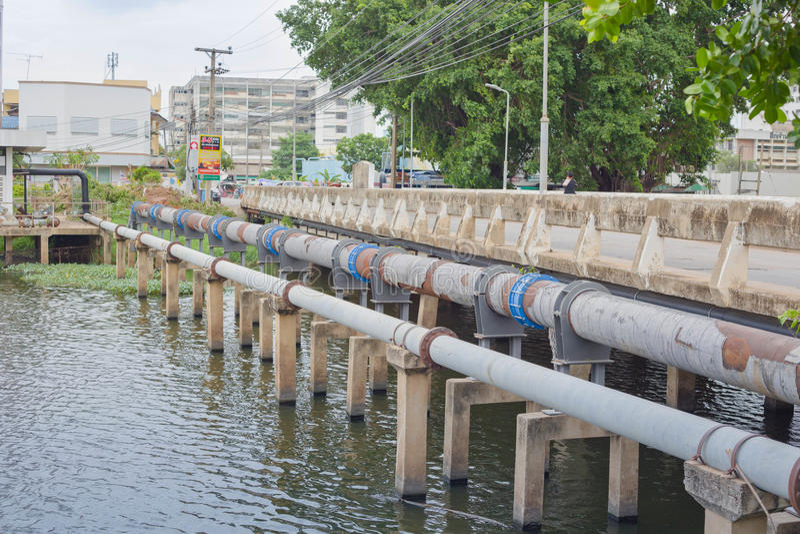 Nakhonratchasima, THAILAND - 23. Juni 2015: Überschüssiges Rohrleitung drai lizenzfreie stockfotos
