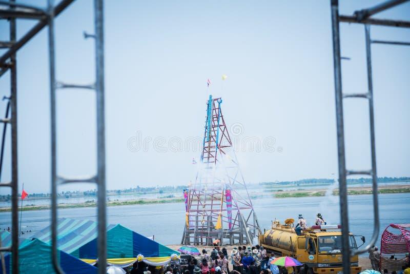 Nakhonsawan,泰国- 5月11,2019:不明身份的人民在火箭队节日'恩赐轰隆的Fai'准备传统火箭 免版税库存图片