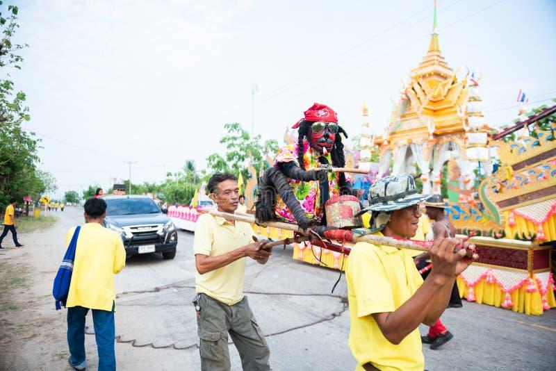Nakhonsawan,泰国- 5月11,2019:不明身份的人民在火箭队节日准备传统火箭 庆祝为 库存图片