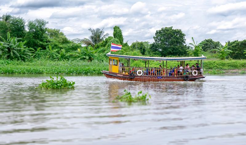 Nakhorn Pathom, Ταϊλάνδη - 25 Αυγούστου: Το τοπικό πορθμείο μετέφερε τους επιβάτες στον ποταμό πηγουνιών Tha μια νεφελώδη ημέρα σ στοκ φωτογραφίες με δικαίωμα ελεύθερης χρήσης