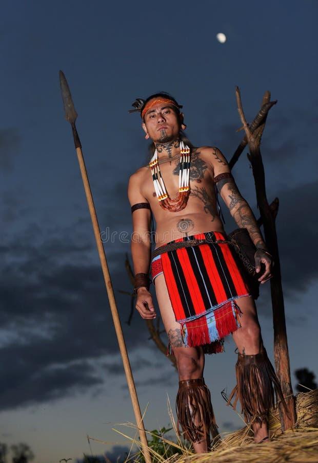 Nakomeling van de getatoeeerde man van de strijdersstam Naga