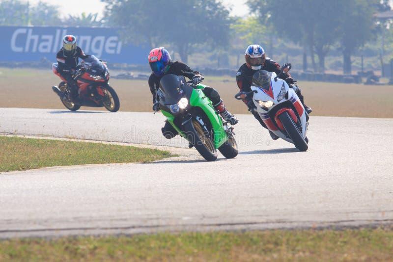 NAKORNPATHOM THAILAND 7 Februari - de praktijk van de sportfietser aan ridin royalty-vrije stock afbeelding