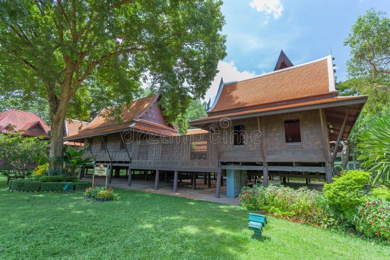 NAKORNPRATHOM, THAILAND-AUGUST 25 :大主要泰国样式房子是展示在萨娜姆Chandra宫殿哪里普遍为Thai&foreigner t 免版税库存照片