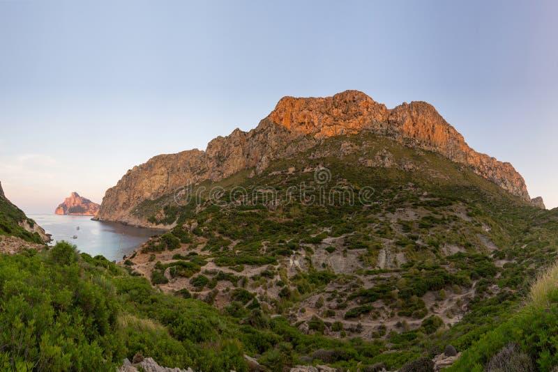Nakrętka De Formentor widzieć od Cala BÃ ³ quer plaży, Mallorca wyspa, Hiszpania obrazy royalty free