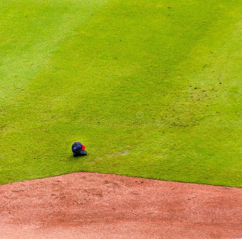 Nakrętka i rękawiczka na baseballa polu obrazy royalty free