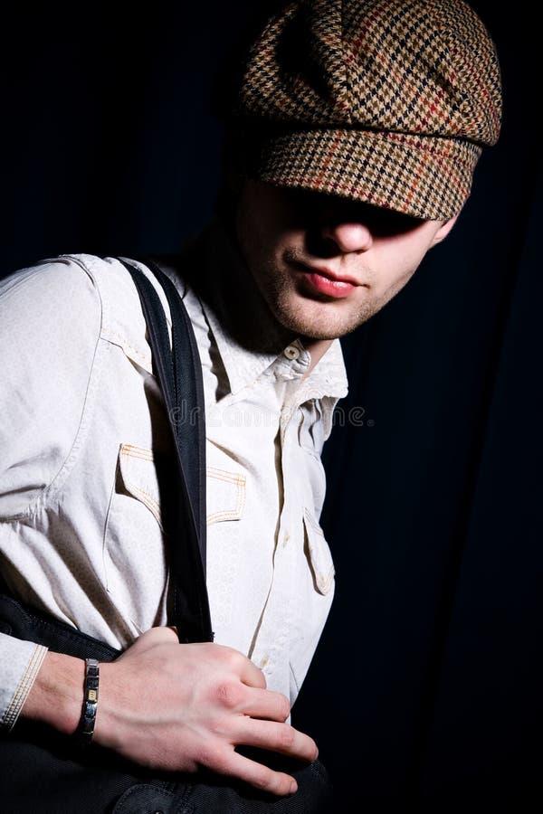 nakrętki mody mężczyzna osiągający szczyt portret obrazy stock