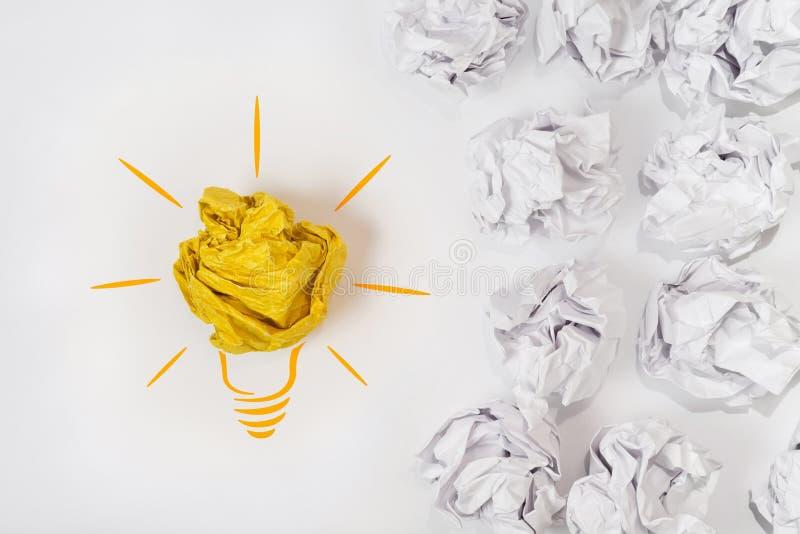 Nakreślenie żarówka z papierową piłką Pojęcie dla innowaci, twórczości i inspiraci, zdjęcie stock