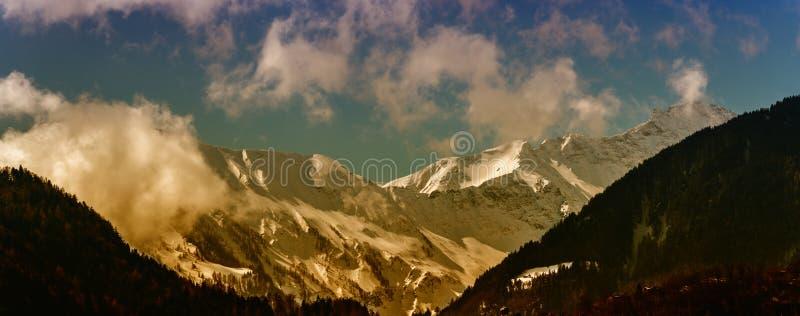 Nakrywający halnego szczytu krajobraz z lasową wzgórze doliną w przedpolu zdjęcie stock