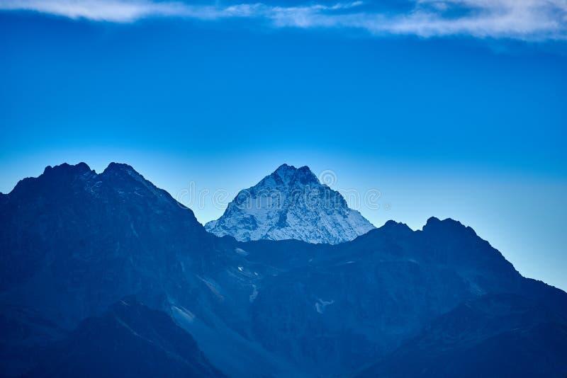 Nakrywający halny szczyt widok halny szczyt Blisko wioski Arkhyz zdjęcie royalty free