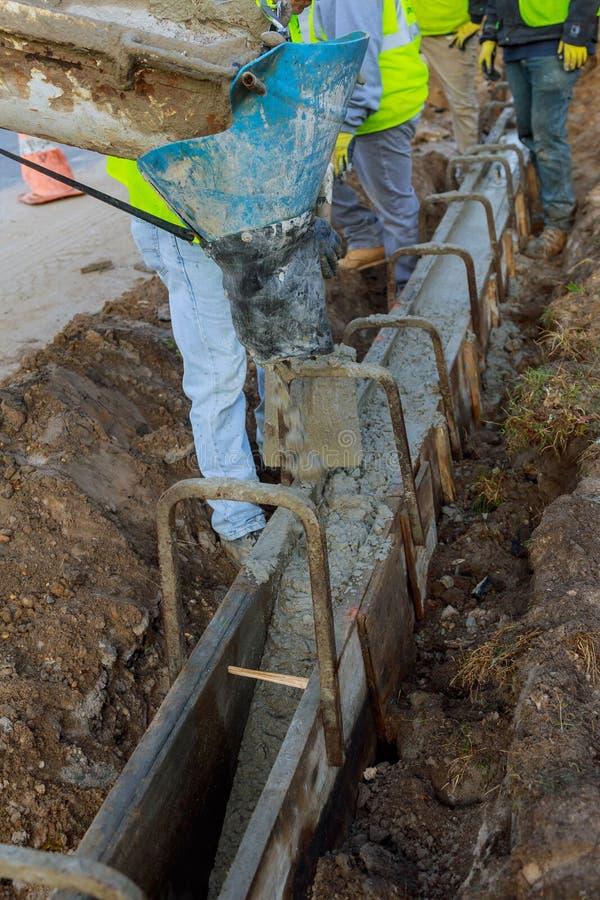 Nalewać cementowy podczas budowy od betonowego melanżeru ciężarówki samochodu dla Selekcyjna ostrość fotografia royalty free