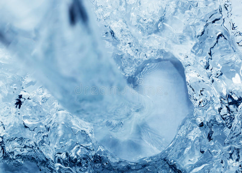 Nalewać czystą świeżą wodę zdjęcia royalty free