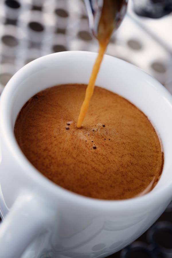Nalewać prostą kawę espresso z kawową maszyną zdjęcia stock