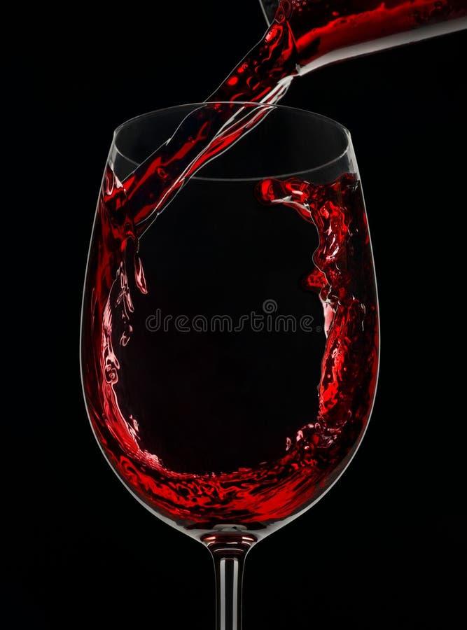 Nalewać szkło czerwone wino zdjęcie stock