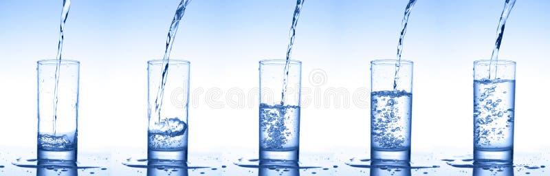Nalewać wodę w szkła zdjęcia stock
