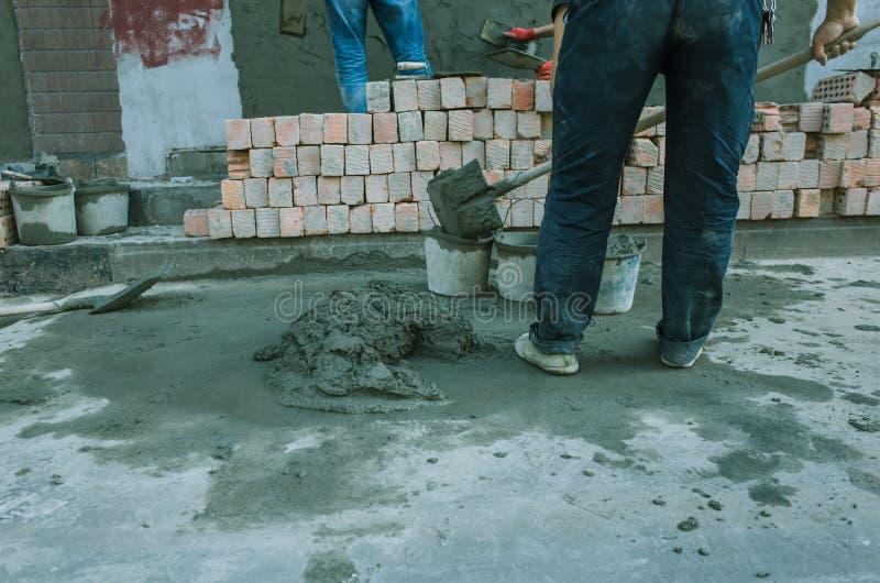 nalewa? beton z pracownik mieszanki cementem przy budow? obraz stock