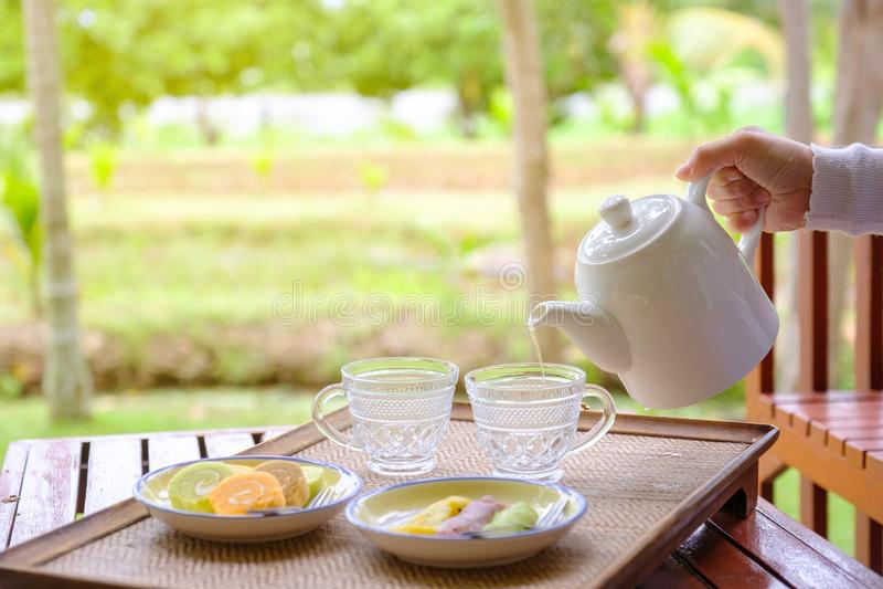 Nalewa herbaty w szkło fotografia royalty free