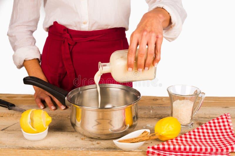 Nalewa mleko obraz stock