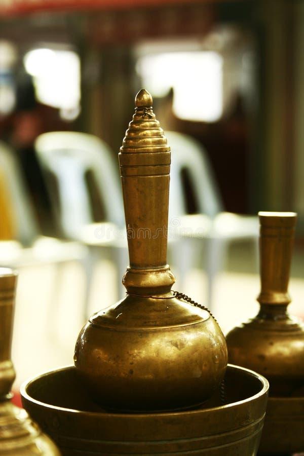 Download Nalewa wodę obraz stock. Obraz złożonej z buddha, libacja - 24398717