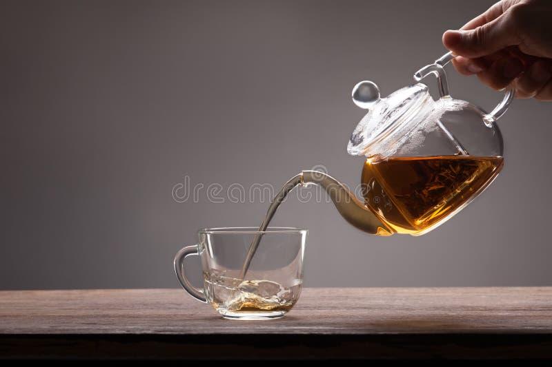 Nalewający od teapot fotografia stock