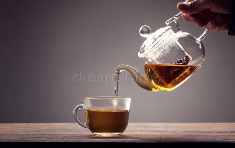 Nalewający od teapot zdjęcia stock