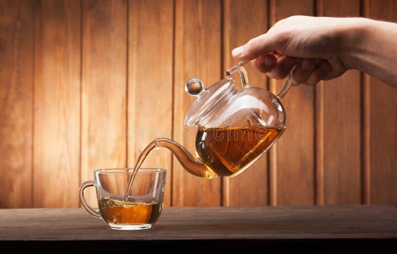 Nalewający od teapot obraz royalty free