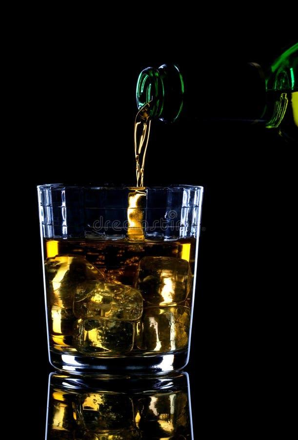 Nalewam sobie whisky.