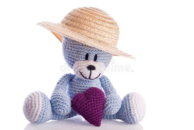 Nallebjörn med hatten och hjärta royaltyfria bilder