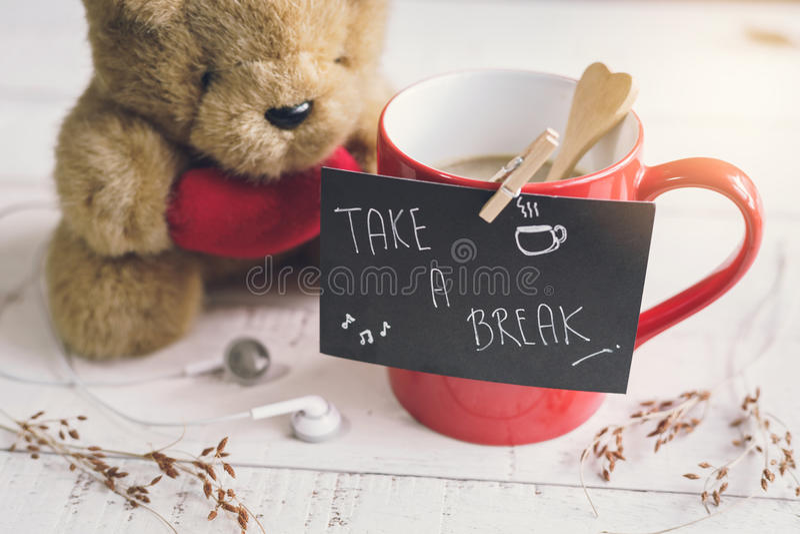 Nallebjörn med röd den hjärtaform och koppen kaffe royaltyfria bilder