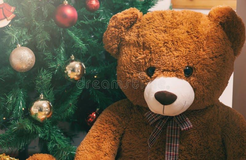 Nallebjörn nära julträd med gåvor arkivbilder