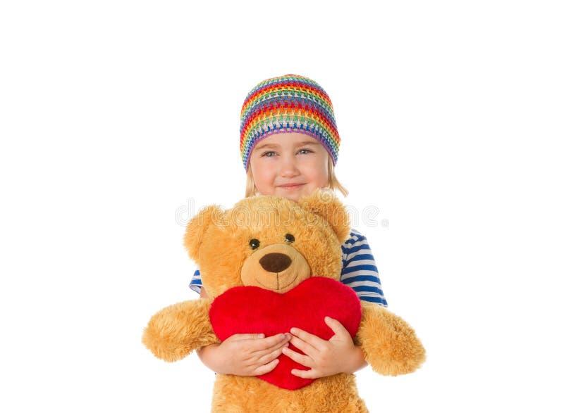 Nallebjörn och hjärta för liten flicka hållande royaltyfri fotografi