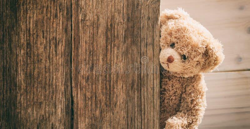 Nallebjörn på träbakgrund royaltyfria foton