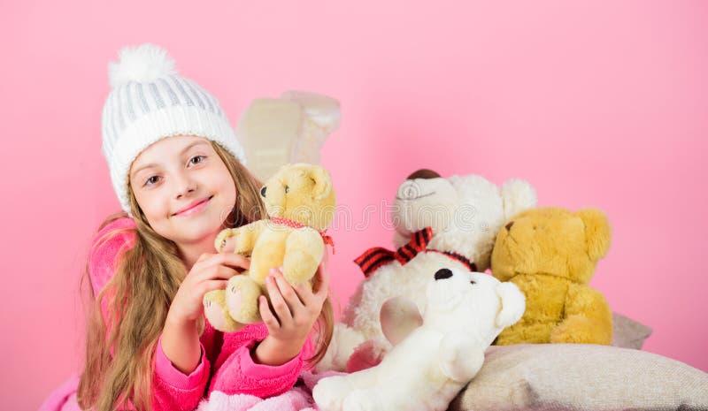 Nallebjörnar förbättrar psykologisk wellbeing Softness är tangenten Leksak för björn för nalle för håll för liten flicka för barn arkivfoton