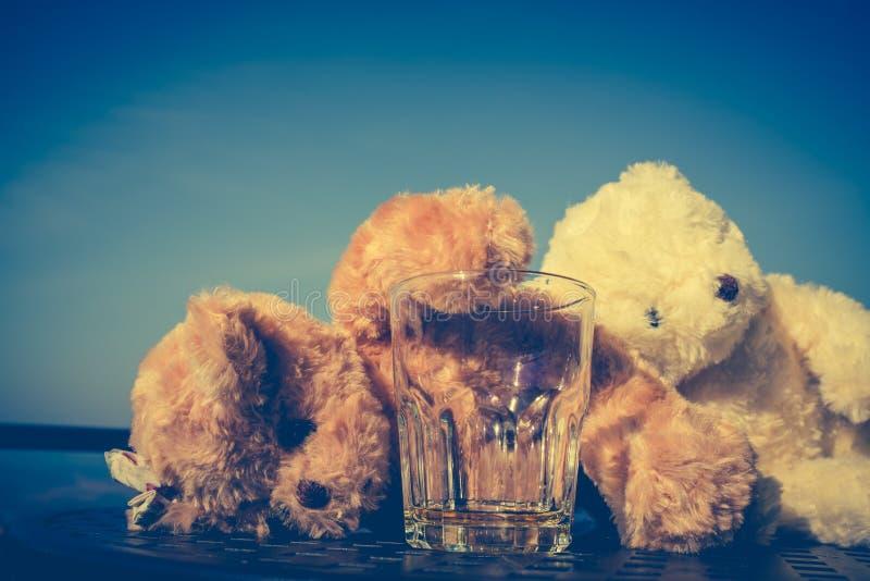 Nallebjörnar kopplar ihop den mycket berusade alkoholisten och att sova med tomt arkivbild