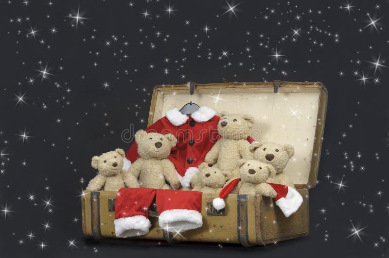 Nallebjörnar och santa utrustar i en gammal tappningresväska arkivbilder