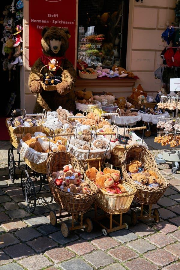 Nallen shoppar i Berlin royaltyfri bild