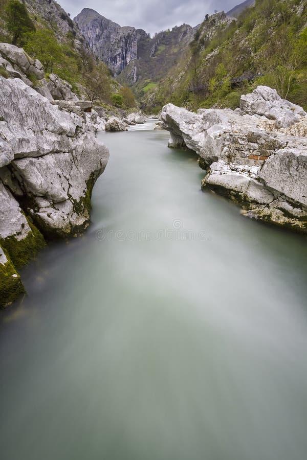 Download Nalon flod arkivfoto. Bild av elegantt, sceniskt, kallt - 27284364