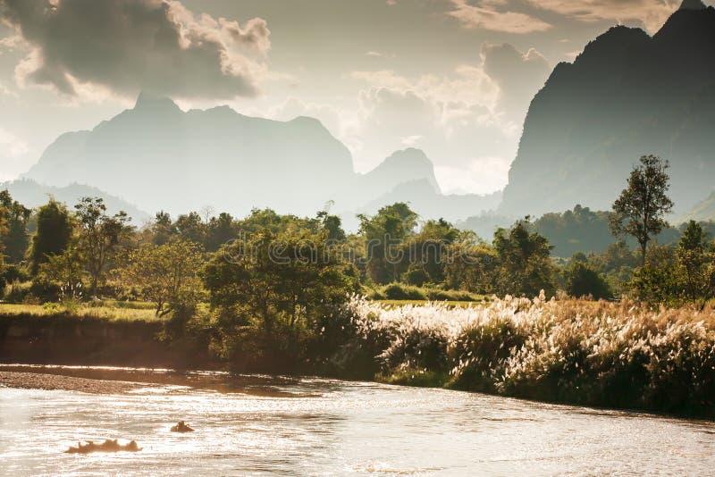 Nam冬天黄昏的歌曲河风景风景,金黄阳光通过山脉发光在谷和狂放的芦苇 库存图片
