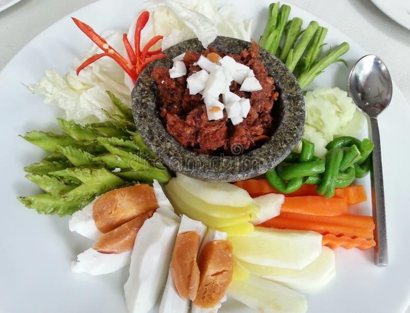 Nam-τσίμπημα-μακρύς-Ruea, ταϊλανδική κουζίνα spacial που εξυπηρέτησε με τα αυγά έβρασε και τα φρέσκα λαχανικά, ταϊλανδικά τρόφιμα στοκ εικόνα με δικαίωμα ελεύθερης χρήσης