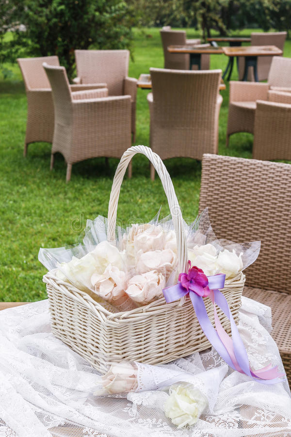 Nam bloemblaadjes in document kornetten toe Huwelijksconfettien stock afbeelding