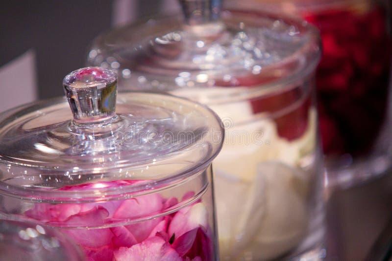 Nam bloemblaadjes in glaskruiken toe royalty-vrije stock foto's