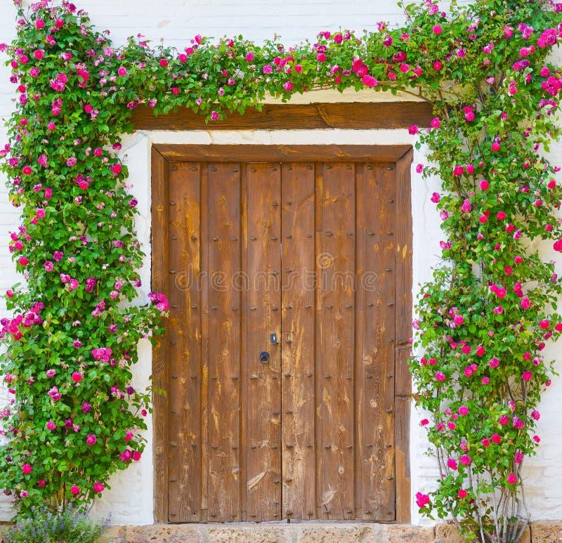 Nam bloemboog over de deur toe royalty-vrije stock afbeelding
