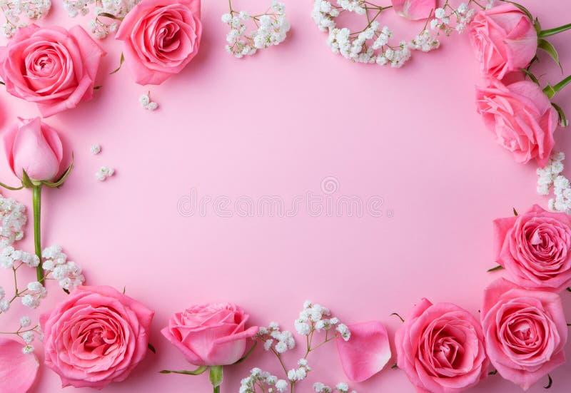 Nam bloemenkader op roze achtergrondexemplaarruimte toe stock foto