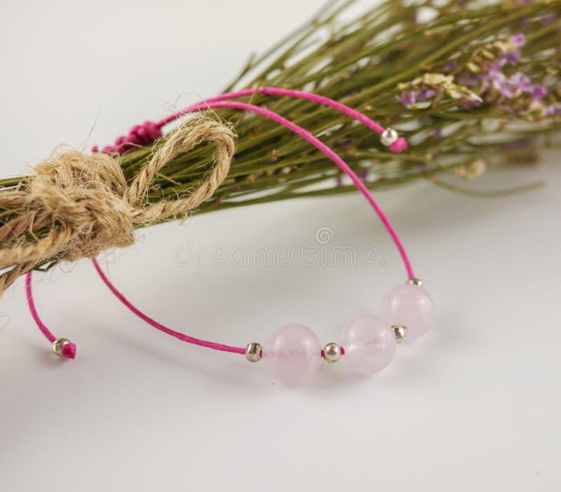 Nam de armband van het kwartskoord en droge bloemen dichte omhooggaand toe stock fotografie