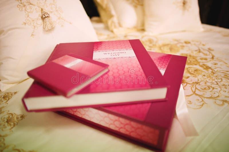 Nam de fotoboek van het leerhuwelijk toe royalty-vrije stock afbeeldingen